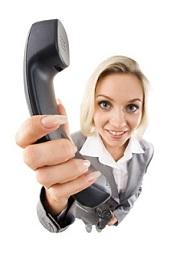 žena držící telefon